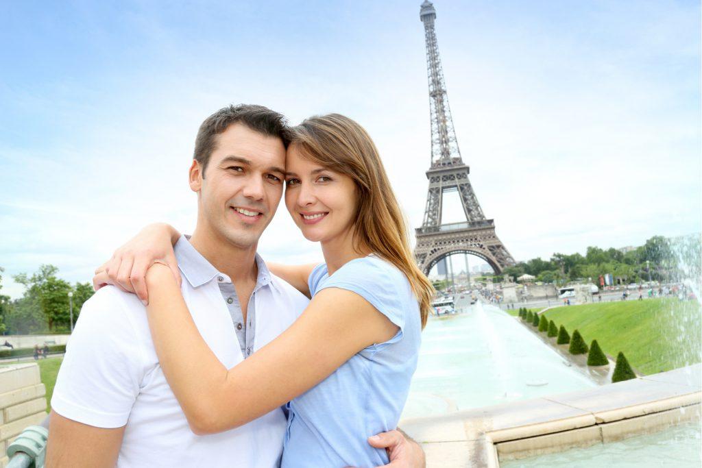 Couple dans agence matrimoniale à Paris