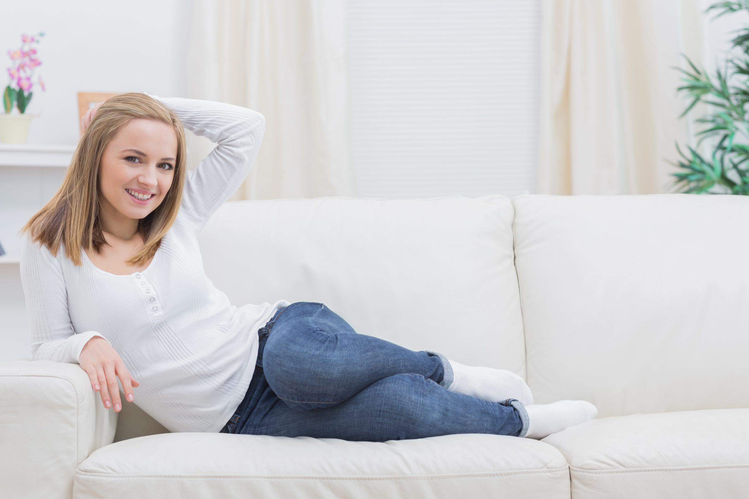 belle femme russe sur un canapé